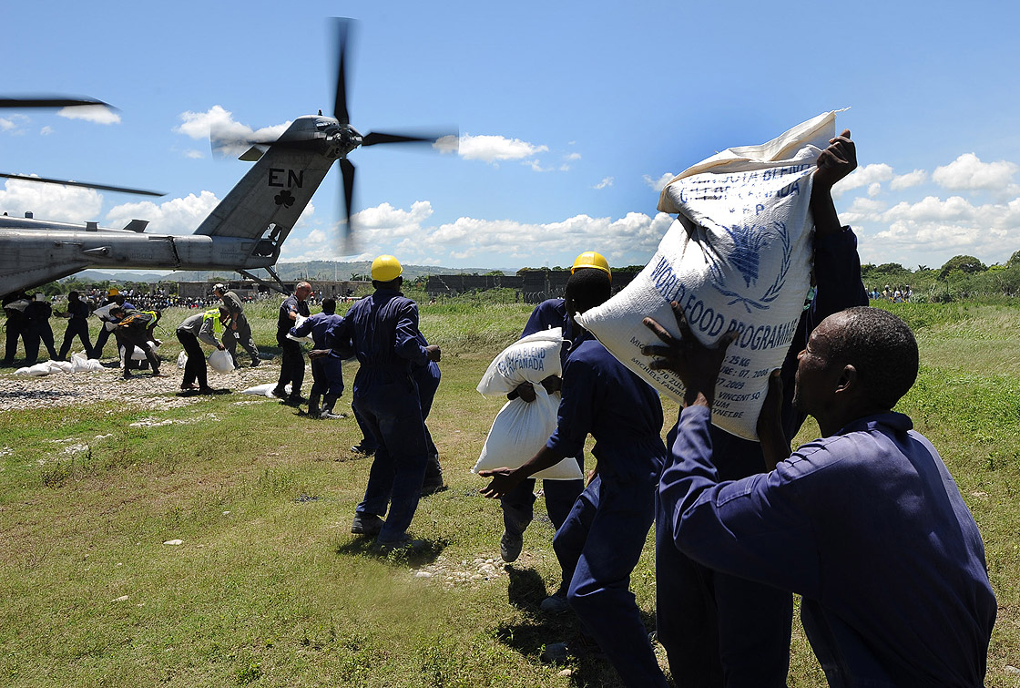 Haitians unload supplies donated by Canada from a US military helicopter on September 11, 2008 in Port De Paix to the north of Port-au-Prince.
