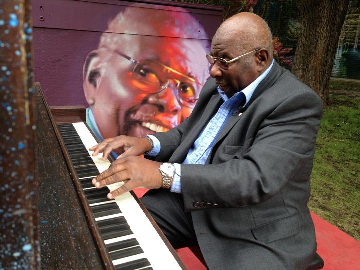 Jazz pianist Oliver Jones