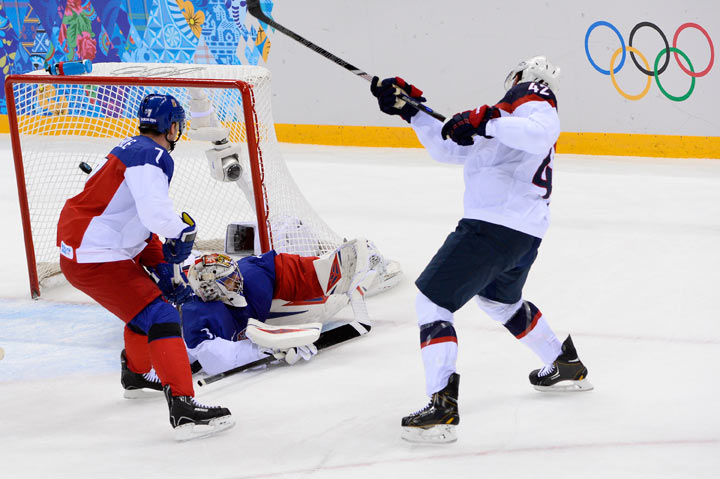 US David Backes (R) scores a goal during the Men's Ice Hockey Quarterfinals match between the USA and the Czech Republic at the Shayba Arena during the Sochi Winter Olympics on February 19, 2014.