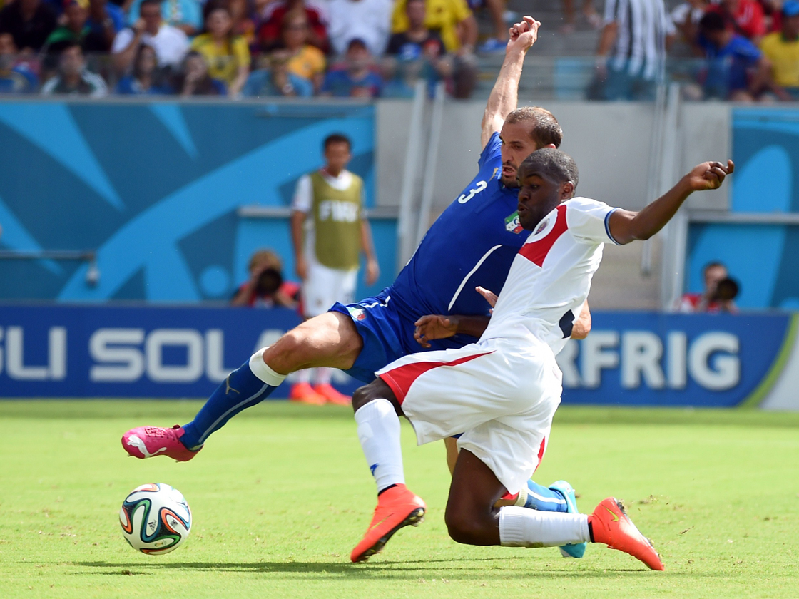Italy's defender Giorgio Chiellini (L) and Costa Rica's forward Joel Campbell vie for the ball during a Group D football match between Italy and Costa Rica at the Pernambuco Arena in Recife during the 2014 FIFA World Cup on June 20, 2014. AFP PHOTO / EMMANUEL DUNAND (Photo credit should read EMMANUEL DUNAND/AFP/Getty Images)