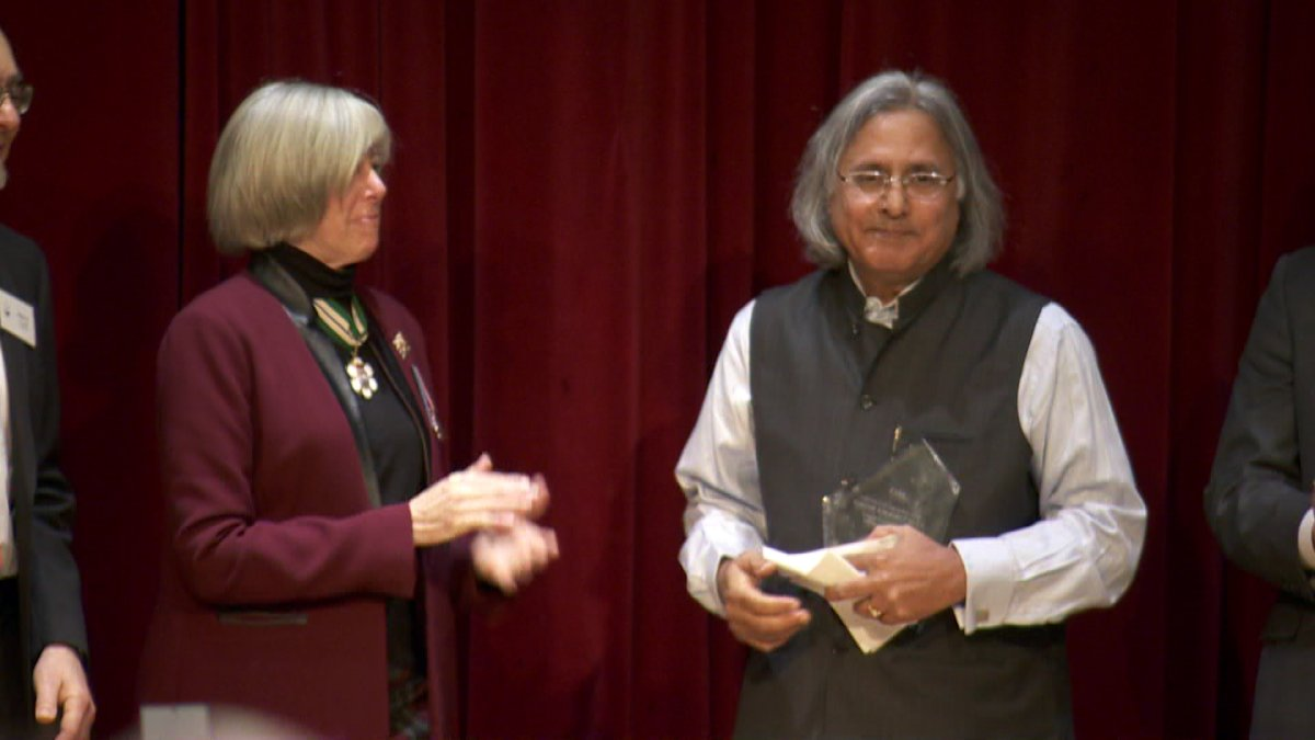 Ujjal Dosanjh receiving an award from the Wallenberg-Sugihara Civil Courage Society on January 18, 2014.