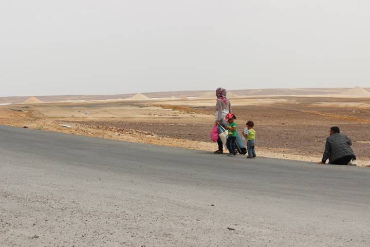 A family of Syrian refugees walks to Azraq refugee camp in Jordan.