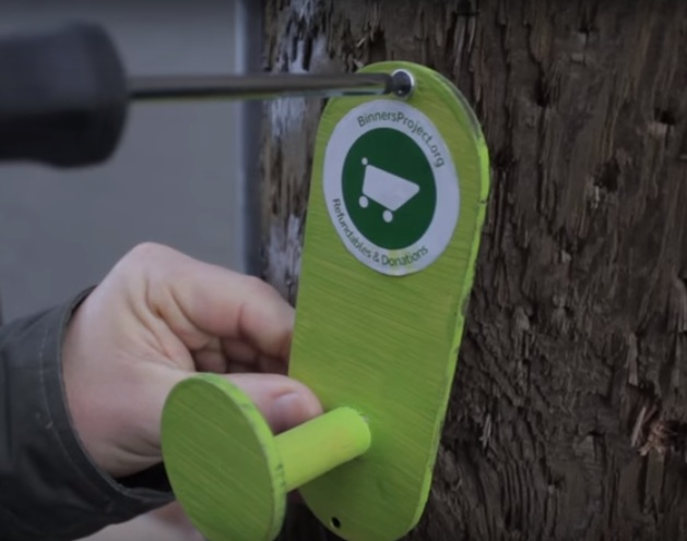 Vancouver project hopes to install hooks in back alleys to help local binners - image