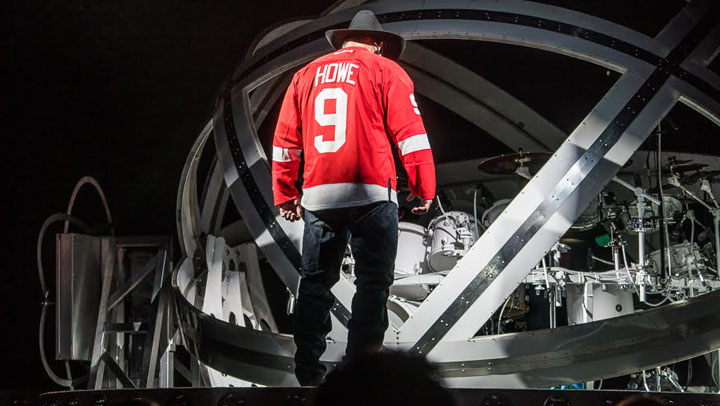 Garth Brooks performed in Saskatoon Friday donning a Gordie Howe jersey in honour of one of the greatest hockey players of all time.