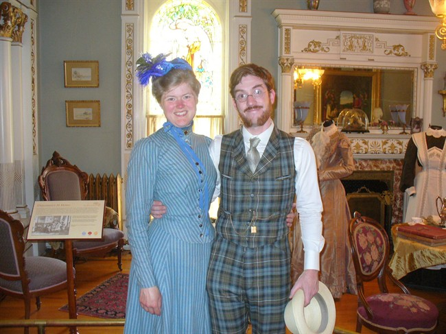 Victorian-dressed couple kicked out of Victoria's Butchart Gardens - image