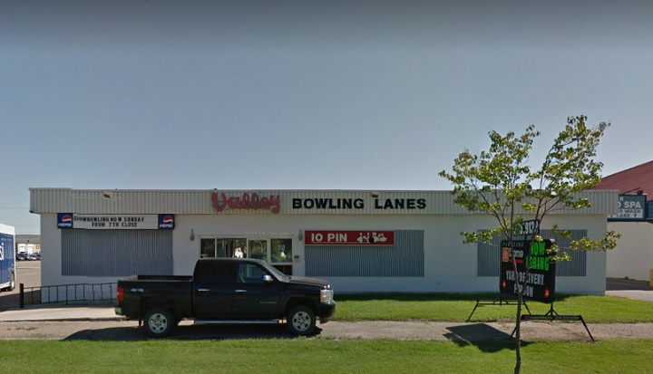 A Saskatoon man pleads guilty to manslaughter in Manitoba bowling alley death over $16 bar tab.