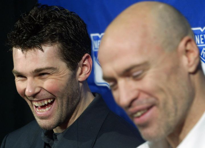 A file photo of Jaromir Jagr (left) sharing a laugh with Mark Messier in 2004.