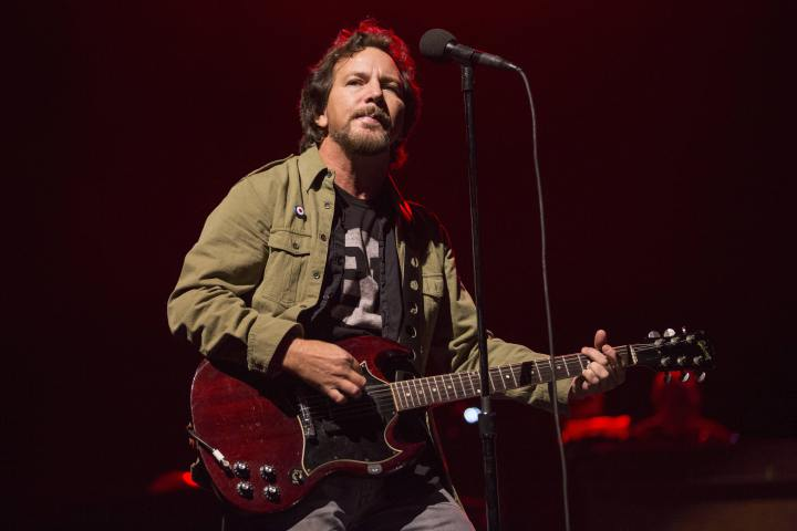 Eddie Vedder honours Chris Cornell during solo show - image
