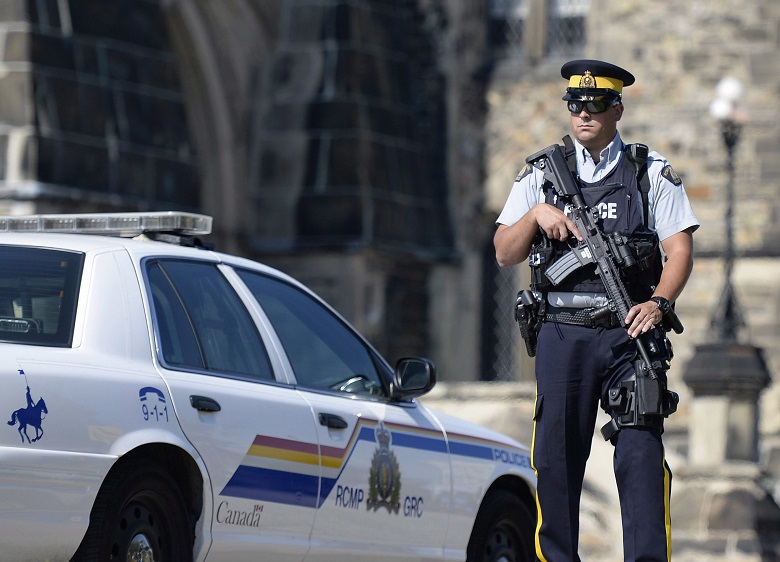 An armed RCMP officer on Parliament Hill on Aug. 11, 2016 after ISIS supporter Aaron Driver was shot dead by police in Strathroy, Ontario, during an attempted suicide bombing. THE CANADIAN PRESS/Justin Tang.