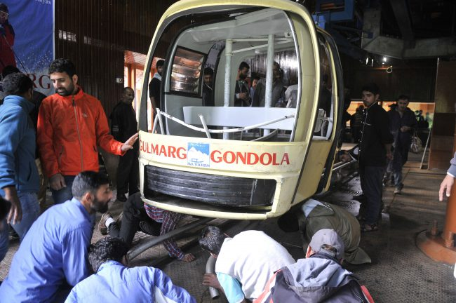 People inspect a section of the cable car which collapsed at Gulmarg, northwest of Srinagar, the summer capital of Indian Kashmir, 25 June 2017.