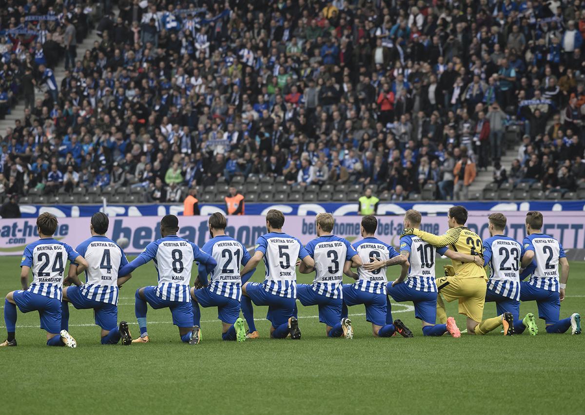 Berlin's players kneel down before the German Bundesliga soccer match between Hertha BSC vs FC Schalke 04 in Berlin, Germany, 14 October 2017.