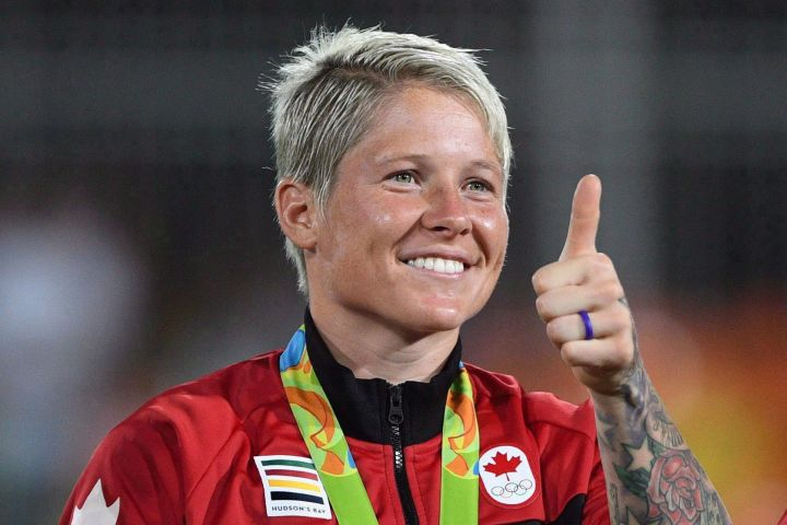 Canada's captain Jen Kish gives a thumbs up during the medal ceremony after winning the bronze medal game against Great Britain in women's rugby sevens at the 2016 Olympic Games in Rio de Janeiro, Brazil on August 8, 2016.