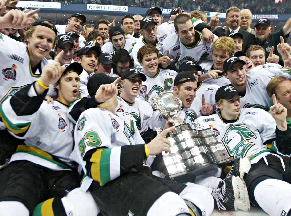 London Knights Corey Perry(bottom right) and teammates celebrate as they pose for a team photo following their 4-0 win over the Rimouski Oceanic at the Memorial Cup in London, Ont. Sunday May 29, 2005.  (CP PHOTO/Nathan Denette).