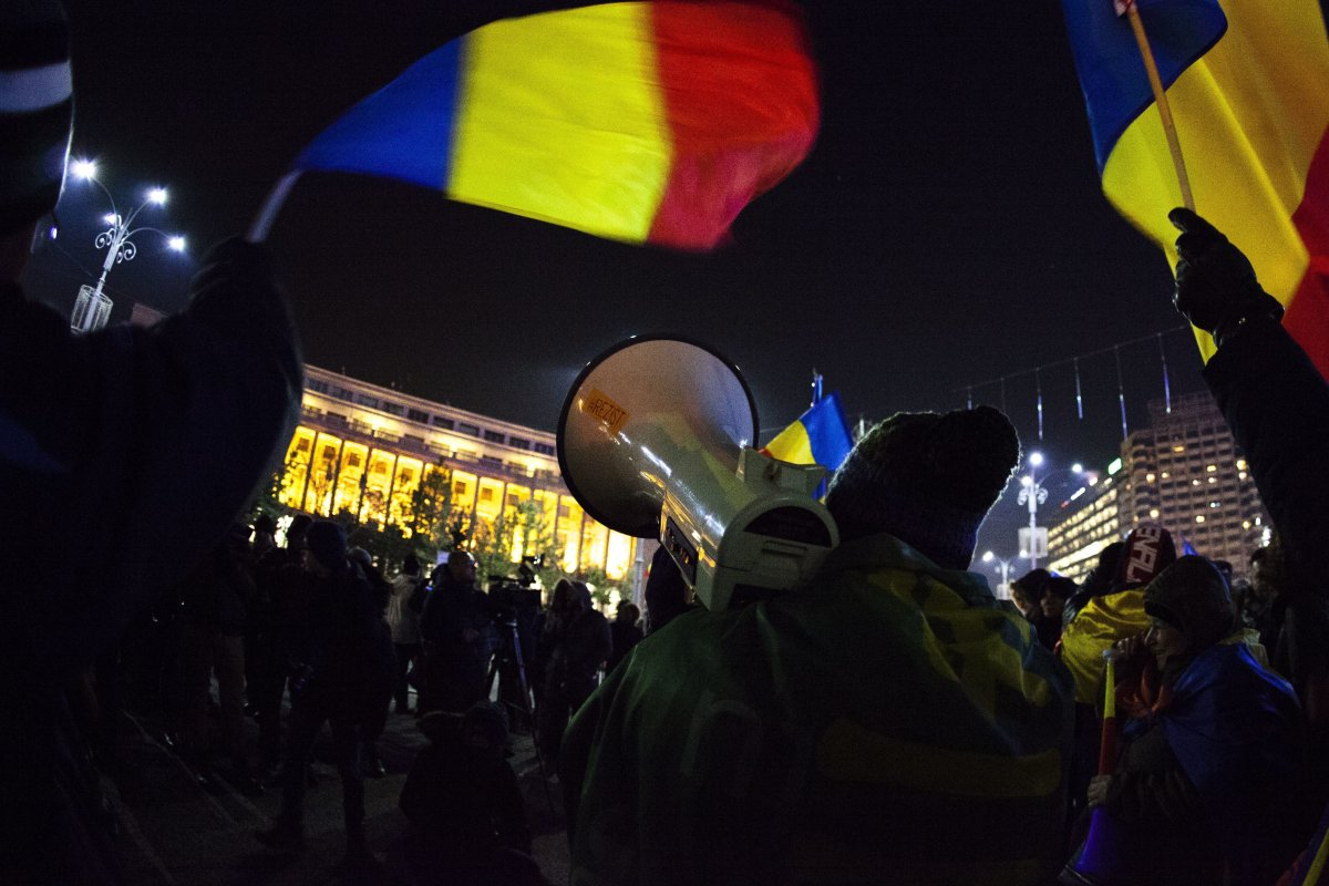 """Protesters rally in Bucharest on January 24, 2018 against the planned changes to judiciary laws. The European Union's executive body on January 24 warned the Romanian government that its controversial judicial reform package would see the country """"backtracking"""" from previous commitments to fight against corruption and organized crime."""