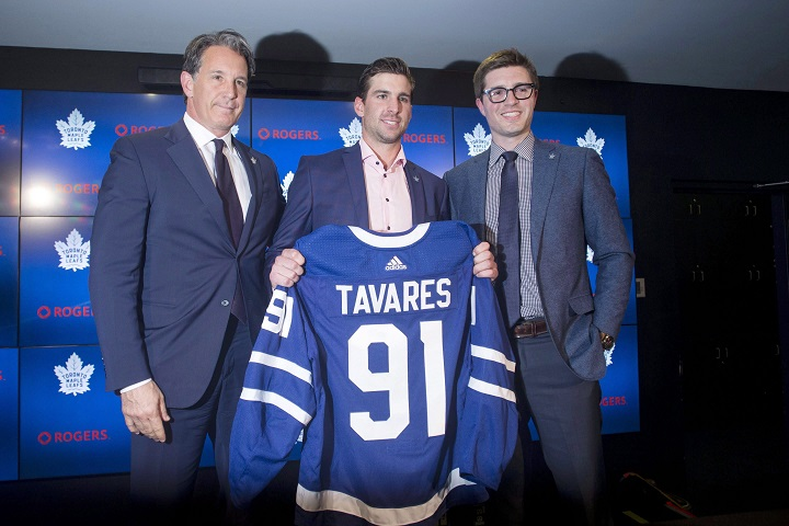 John Tavares, centre, poses with Toronto Maple Leafs General Manager Kyle Dubas, right, and President Brendan Shanahan following a news conference in Toronto after Tavares signed with the Toronto Maple Leafs on Sunday, July 1, 2018.