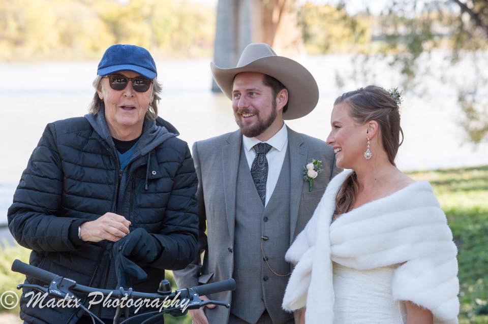 Paul McCartney crashed the wedding photos of a Winnipeg couple last week.