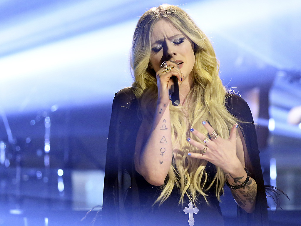 Avril Lavigne performs on February 13, 2019 on 'Jimmy Fallon.'.