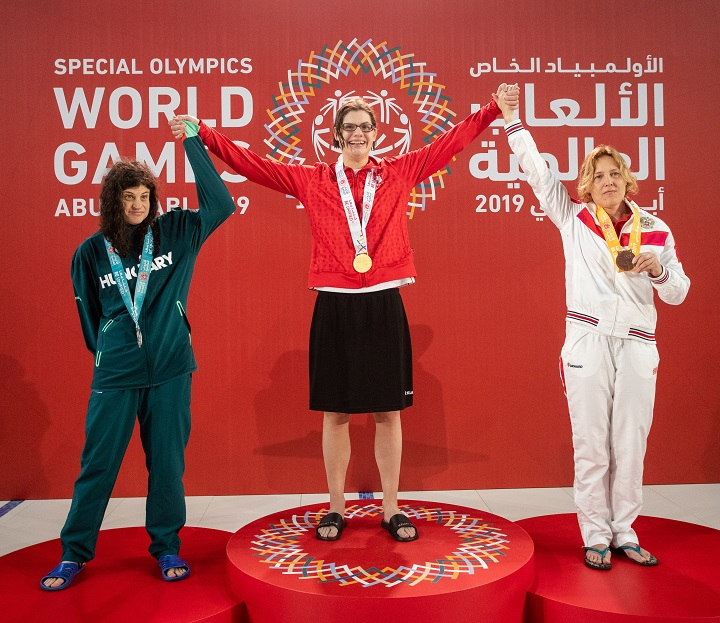 Kelsey Wyse of Kelowna, middle, on the podium with her 400-metre freestyle gold medal. Flanking her are, left, Zsofia Berczi of Hungary and Oksana Borzenkova of Russia.