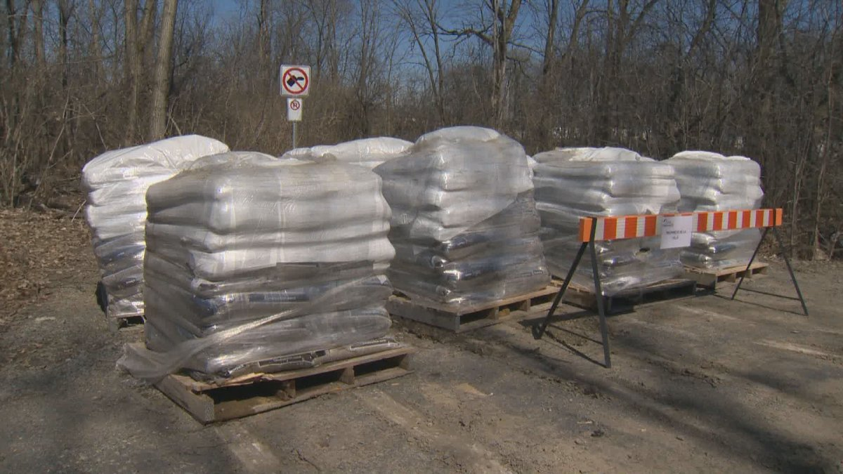 There are not enough sandbags for everyone in L'Île-Bizard, claims the borough mayor.