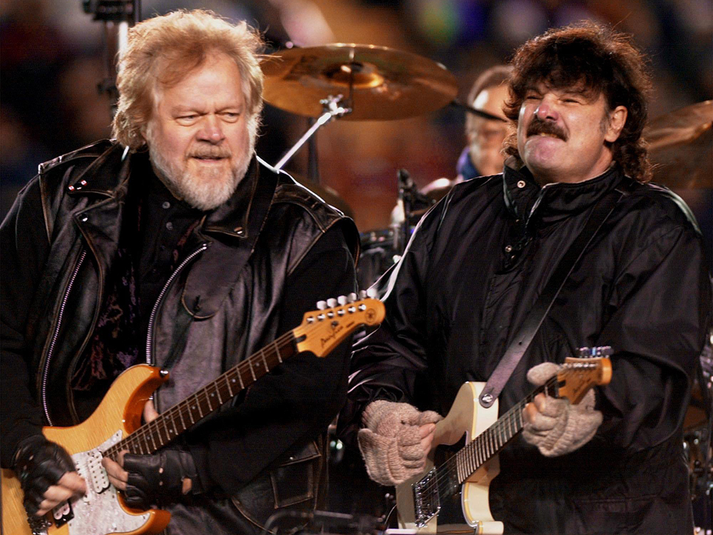 (L-R) Randy Bachman and Burton Cummings of The Guess Who perform during the halftime show at the 88th Grey Cup game in Calgary on Nov. 26, 2000.
