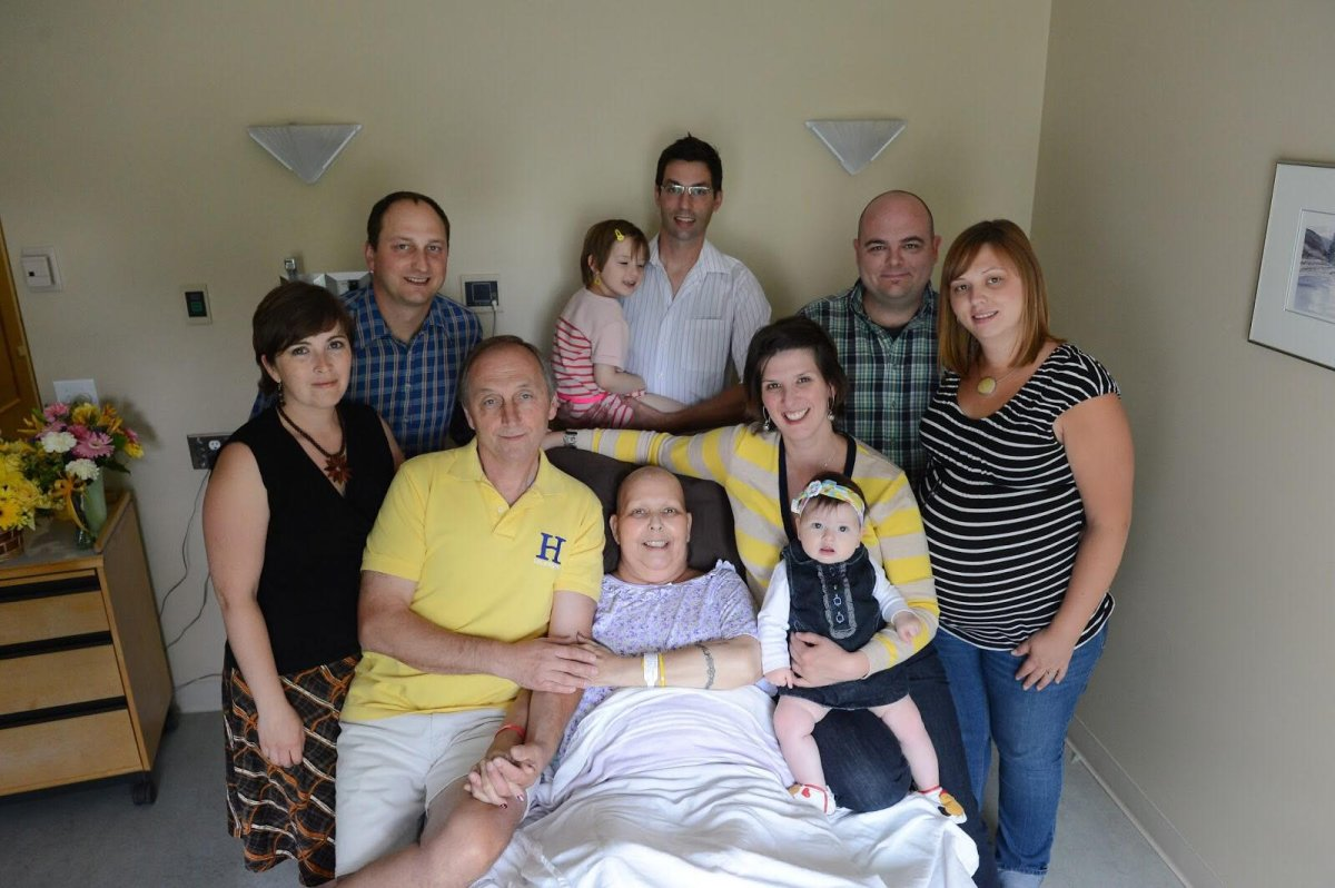 Kathy Castle, surrounded by her family, before she passed away from lung cancer on June 20, 2013.