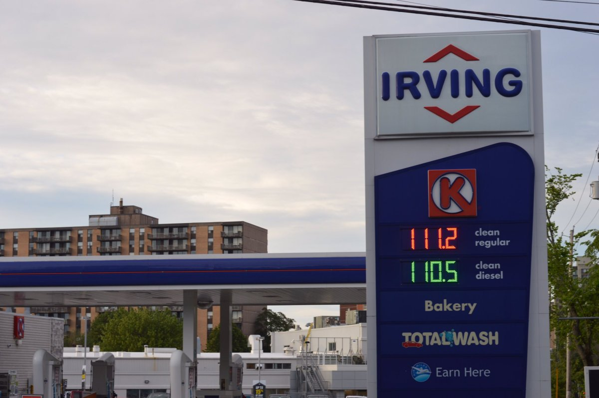 Irving Oil, operator ofCanada's largest oil refinery, has abandoned a pledge to cut carbon output by 17% from 2005 levels by 2020.