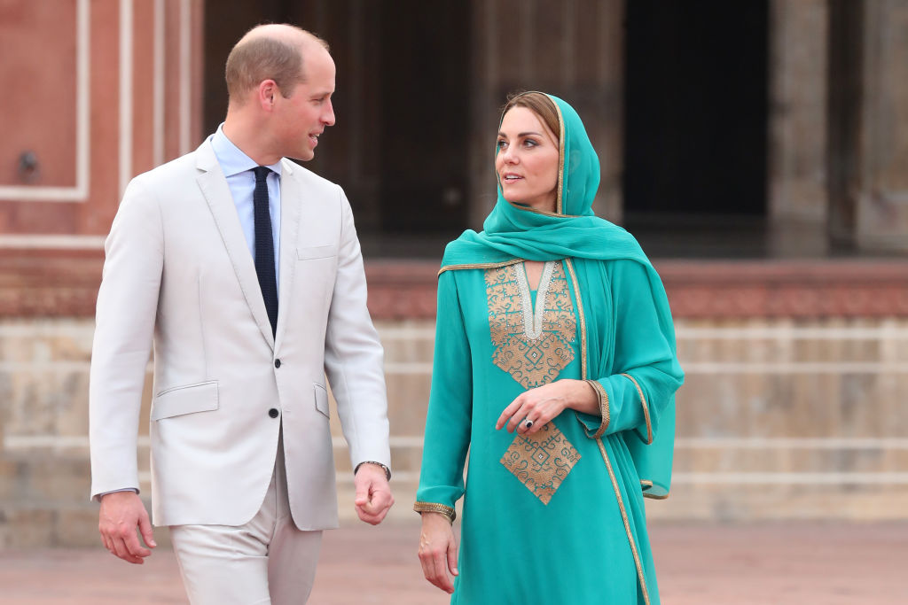 Prince William and Kate Middleton visited the Badshahi Mosque within the Walled City during Day 4 of their royal tour of Pakistan.