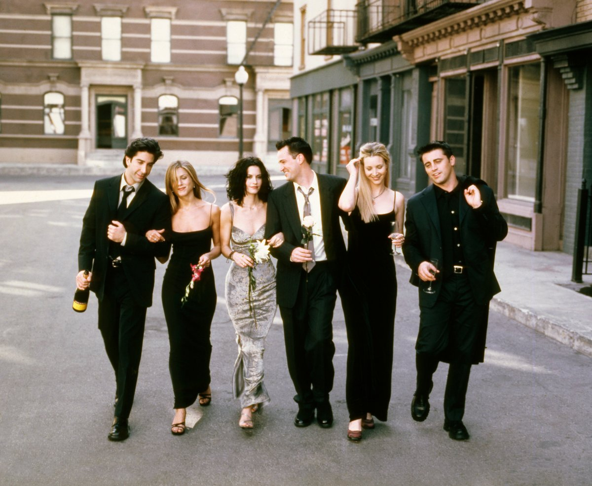 (L-R): David Schwimmer as Ross Geller, Jennifer Aniston as Rachel Green, Courteney Cox as Monica Geller, Matthew Perry as Chandler Bing, Lisa Kudrow as Phoebe Buffay, Matt LeBlanc as Joey Tribbiani.