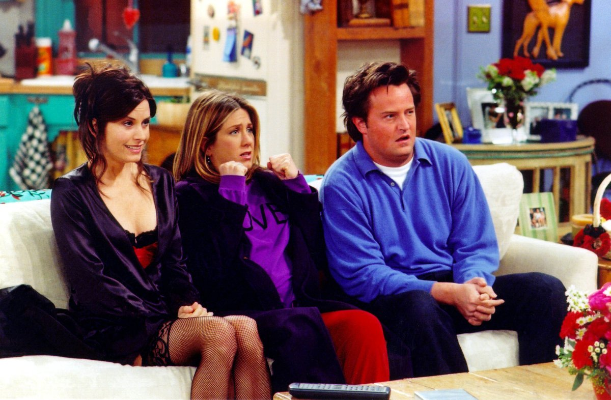 Actors Courteney Cox Arquette (L), Jennifer Aniston (C) and Matthew Perry are shown in a scene from the NBC series 'Friends.'.