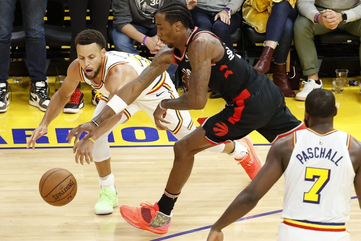 Golden State Warriors guard Stephen Curry (L) and Toronto Raptors forward Rondae Hollis-Jefferson (C) in action during the second half of their NBA game at Chase Center in San Francisco, California, USA, 05 March 2020.