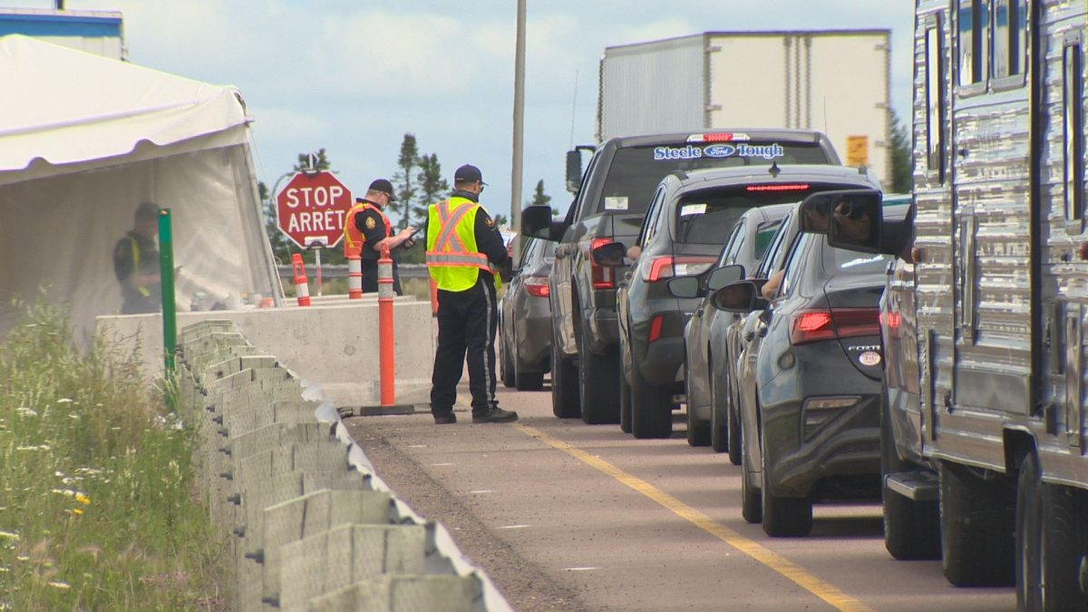 Screening at Aulac, N.B., border checkpoint being periodically relaxed to avoid long lines - image