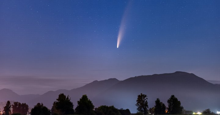 Photographers snag gorgeous photos of rare comet over B.C.