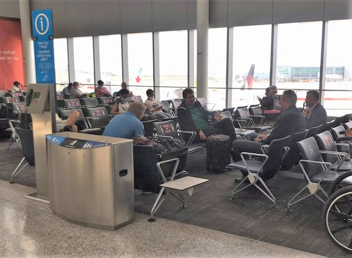 A photo posted to Twitter Tuesday appears to show federal Conservative leader Andrew Scheer and Manitoba Premier Brian Pallister not wearing masks at Toronto's airport.