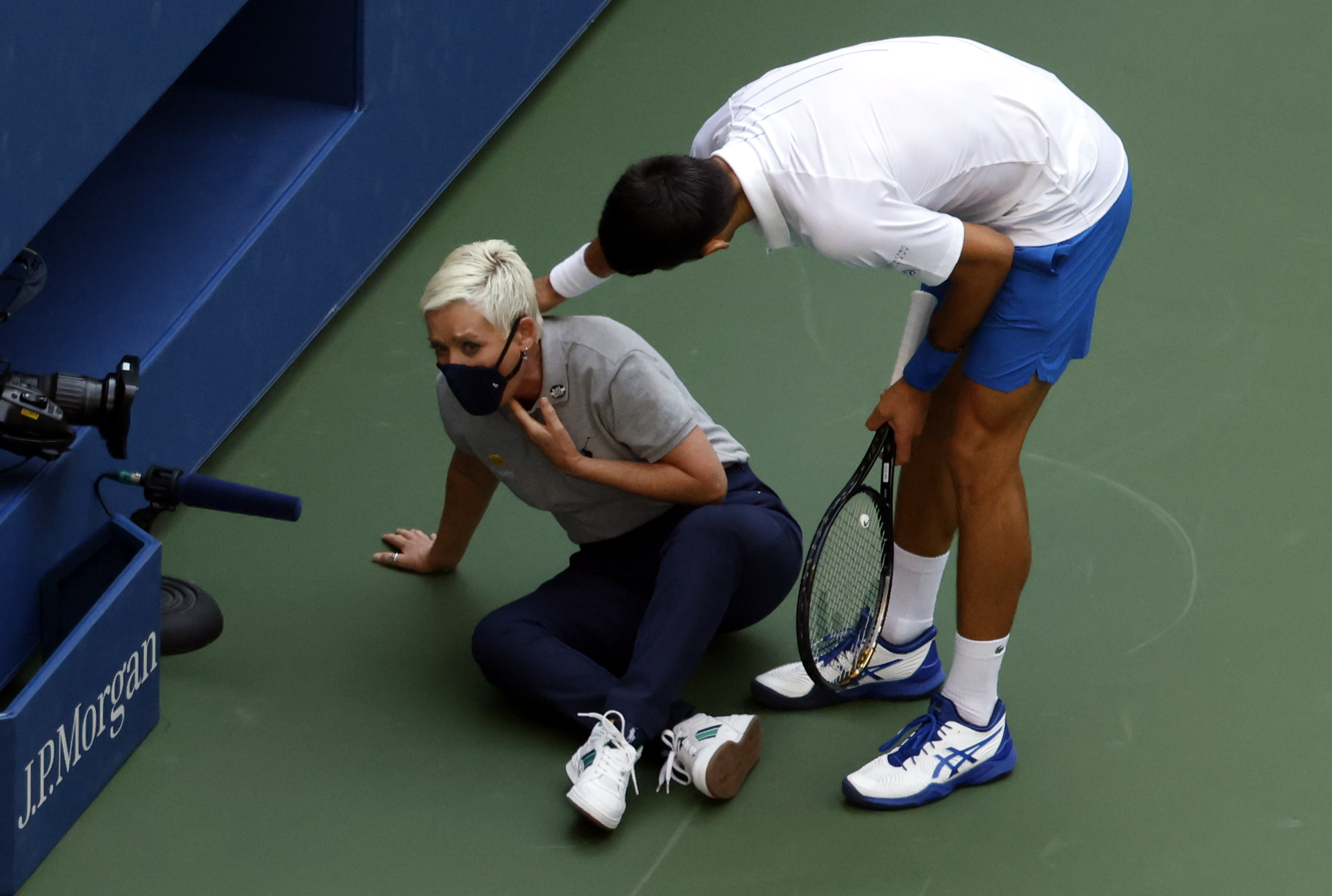 Novak Djokovic Out Of U S Open After Unintentionally Hitting Judge With Ball National Globalnews Ca