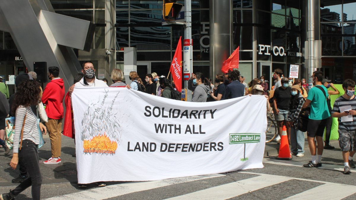 Hundreds gathered in downtown Toronto for a peaceful rally to protest the arrest of several 'land defenders' in a property dispute in Caledonia.