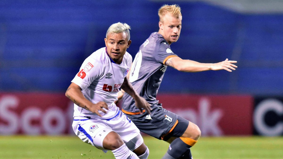 Olimpia's German Mejia (L) vies for the ball with Forge's Kyle Bekker (R) during a Concacaf League soccer match between Olimpia of Honduras and Forge FC of Canada at Olimpico stadium in San Pedro Sula, Honduras, 29 August 2019.