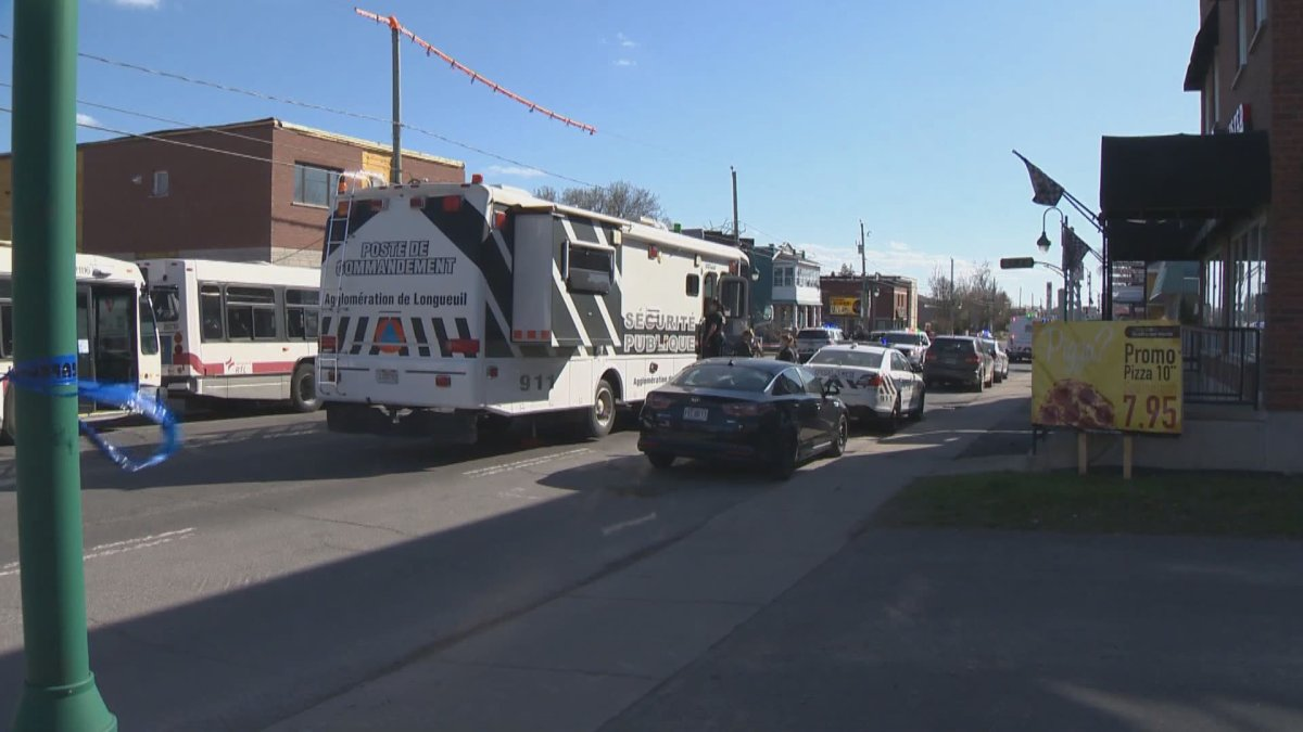A command post was set up following a domestic dispute call in Longueuil's LeMoyne sector. Tuesday, April 13, 2021.