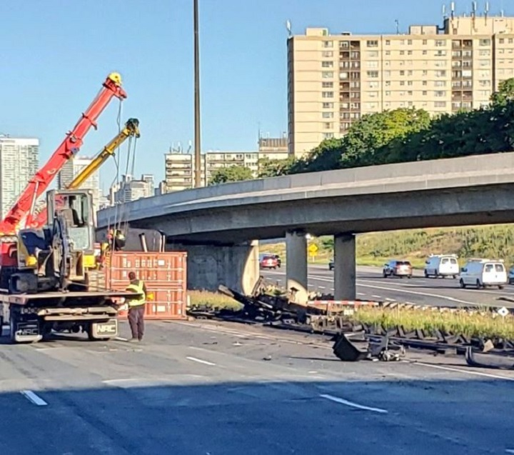 A photo of the cleanup underway after a truck rollover on Highway 401 near the 404/DVP.