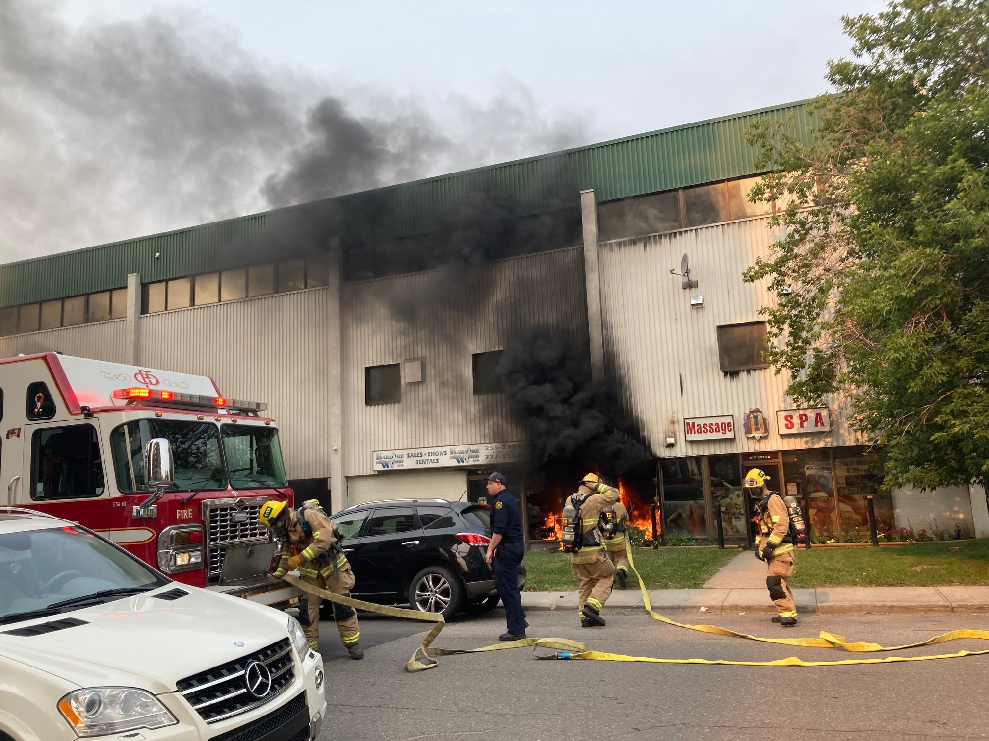 Businesses damaged in south Calgary commercial building fire