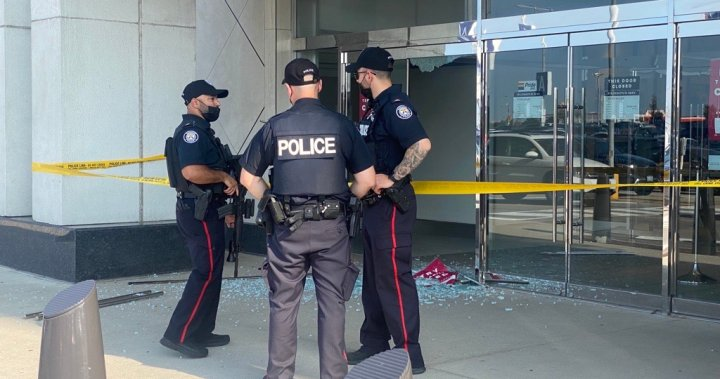 Police searching for 2nd suspect after shots fired at Yorkdale Mall in Toronto – Toronto