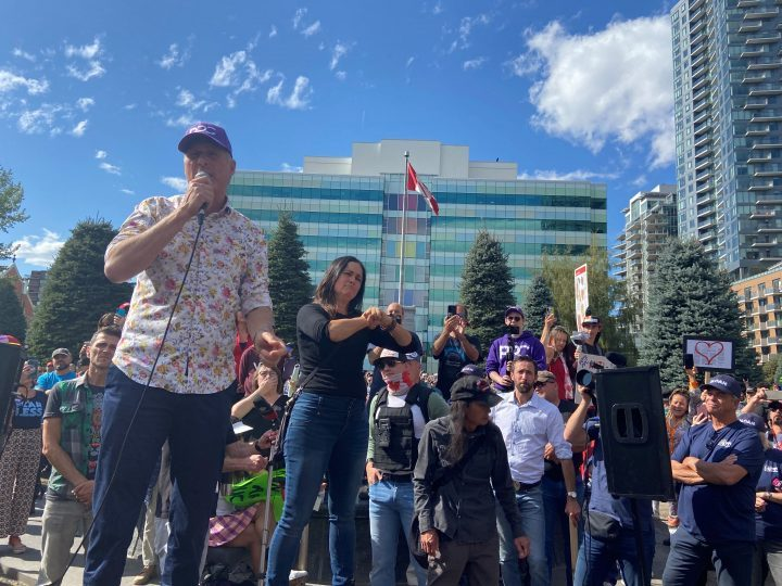 Maxime Bernier attends Calgary 'freedom rally' in last weekend of federal campaign - image