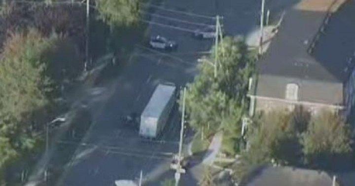 Crash involving car and transport truck injures 2 people in south Etobicoke – Toronto